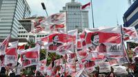 Puluhan bendera bergambar Prabowo dan bertuliskan Gardu Merah Putih tampak berkibar di depan gedung MK, Jakarta, Senin (18/8/14). (Liputan6.com/Miftahul Hayat)