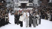 Chanel beri penghormatan kepada Karl Lagerfeld, sutradara kreatifnya yang telah tiada di Paris Fashion Week 2019. (Christophe ARCHAMBAULT / AFP)