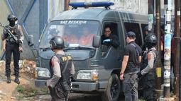 Mobil Sat Reskrim Polres Bogor usai melangsungkan olah tempat kejadian perkara (TKP) di rumah terduga teroris di Nanggewer, Cibinong, Bogor, Jawa Barat, Sabtu (18/5/2019). Polisi mengamankan bahan peledak saat mengamankan terduga teroris di Bogor. (merdeka.com/Imam Buhori)