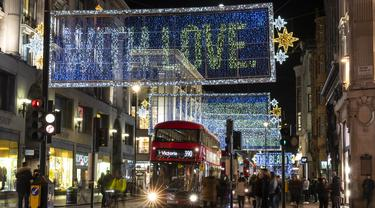 Foto pada 3 November 2020 ini memperlihatkan lampu-lampu Natal yang menerangi area perbelanjaan utama Oxford Street di London, Inggris. Lampu-lampu Natal di Oxford Street mulai dinyalakan pada Senin (2/11). (Xinhua/Han Yan)