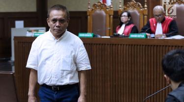 Terdakwa dugaan suap Dana Otonomi Khusus Aceh 2018 dan penerimaan gratifikasi pelaksanaan proyek pembangunan Dermaga Sabang, Irwandi Yusuf bersiap menjalani sidang lanjutan di Pengadilan Tipikor, Jakarta, Senin (4/3). (Liputan6.com/Helmi Fithriansyah)