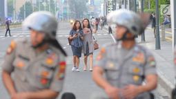 Petugas kepolisian berjaga di kawasan Thamrin, Jakarta, Selasa (21/5). Akibat adanya aksi masa tolak hasil pemilu 2019 membuat sejumlah ruas jalan di kawasan tersebut di tutup. (Liputan6.com/Angga Yuniar)