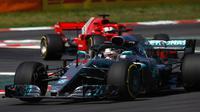 Pembalap Mercedes, Lewis Hamilton, berada di depan jagoan Ferrari, Sebastian Vettel, pada sesi latihan bebas pertama F1 GP Spanyol di Sirkuit Catalunya, Barcelona, Jumat (11/5/2018). (Twitter/Formula 1)