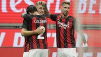 Penyerang AC Milan, Lorenzo Colombo (kiri) berselebrasi dengan rekannya Davide Calabria dan Samu Castillejo usai mencetak gol ke gawang Bodoe/Glimt pada pertandingan Liga Europa di Stadion San Siro di Milan, Italia, Kamis (24/9/2020). AC Milan menang tipis atas  Bodoe/Glimt 3-2. (AP Photo/Luca Bruno
