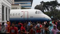 Kepadatan pengunjung saat Habibie Festival di Museum Nasional, Jakarta, Minggu (14/8). Dalam Habibie Festival kali ini warga dapat melihat langsung Pesawat N250 dan Panser Anoa buatan anak bangsa tersebut. (Liputan6.com/Immanuel Antonius)