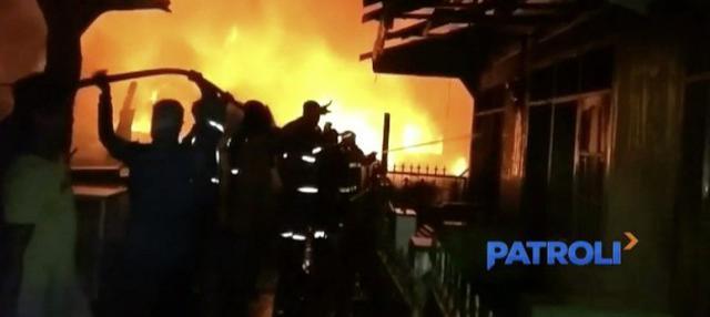 Tujuh rumah terbakar akibat ada yang tidak berhati-hati saat membakar sampah di gudang penampungan limbah di Bekasi, Jawa Barat.