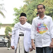 Bakal calon presiden Joko Widodo atau Jokowi (kanan) dan KH Ma'ruf Amin (tengah) saat tiba di RSPAD Gatot Subroto, Jakarta, Minggu (12/8). Jokowi mengenakan kemeja unik bertuliskan 'Bersih, Merakyat, Kerja Nyata'. (Merdeka.com/Iqbal Nugroho)