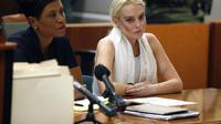Lindsay Lohan saat hadir di pengadilan (viralscape.com)
