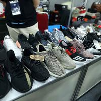 Sneakers yang bikin style kamu jadi stylish dan keren banget. (Nurwahyunan / Bintang.com)