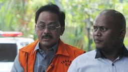 Gubernur Kepulauan Riau, Nurdin Basirun (kiri) tiba untuk menjalani pemeriksaan di Gedung KPK, Jakarta, Selasa (16/7/2019). Nurdin Basirun diperiksa perdana sebagai tersangka usai terjaring OTT KPK berkaitan dengan dugaan suap izin lokasi rencana reklamasi di wilayah Kepri. (merdeka.com/Dwi Narwoko)