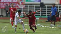 Penyerang Timnas Indonesia, Saddil Ramdani (ketiga kiri) berebut bola dengan pemain Myanmar saat laga persahabatan di Stadion Pakansari, Kab Bogor, Selasa (21/3). Timnas Indonesia U-22 kalah 1-3 dari Myanmar. (Liputan6.com/Helmi Fithriansyah)