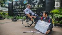Fazlur Rahman, penyandang disabilitas (tunanetra) korban kecelakaan Commuter Line berunjuk rasa seorang diri di depan kantor Kementerian Perhubungan, Jakarta, Rabu (27/11/2019). Fazlur menuntut Kemenhub sebagai regulator untuk menindak tegas PT Kereta Commuter Indonesia. (Liputan6.com/Faizal Fanani)