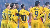 Para pemain Barcelona merayakan gol Lionel Messi (JOE KLAMAR / AFP)