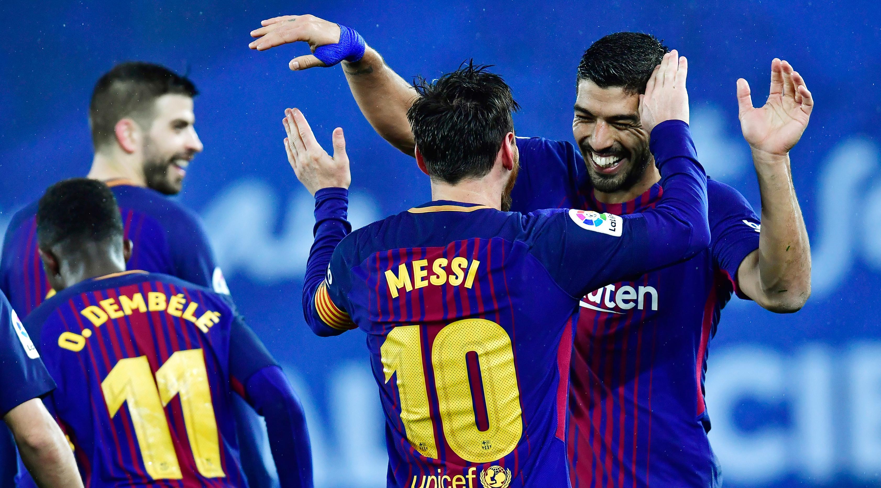 Pemain Barcelona, Lionel Messi dan Luis Suarez merayakan gol ke gawang Real Sociedad pada laga pekan ke-19 La Liga di Stadion Anoeta, Minggu (14/1). Kemenangan berhasil diraih Barcelona 4-2 saat menghadapi Real Sociedad. (AP/Alvaro Barrientos)