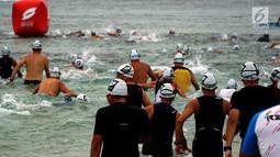 Peserta berenang saat mengikuti BCA Super League Triathlon 2019 di kawasan Ayodya Resort, Nusa Dua, Bali, Sabtu (23/3). Selain peserta dari Indonesia, ada juga yang berasal dari Australia, Kanada, Inggris dan Prancis. (Liputan6.com/HO/Eko)