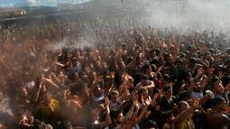 Peserta antusias untuk mengikuti perang tomat dalam Festival Tomatina di Sutamarchan, Boyaca, Kolombia, Minggu (2/6/2019). Perang tomat digelar dengan tujuan menarik wisatawan untuk berkunjung ke Kolombia. (Diana SANCHEZ/AFP)