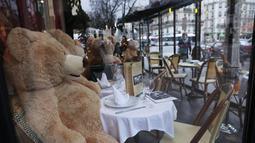 Boneka-boneka beruang raksasa terlihat di kafe Les Deux Magots yang ditutup di Paris, Prancis, pada 16 Desember 2020. Otoritas kesehatan Prancis pada Rabu (16/12) melaporkan 17.615 kasus infeksi COVID-19 tambahan dalam 24 jam terakhir, penambahan harian terbesar sejak 21 November. (Xinhua/Gao Jing)