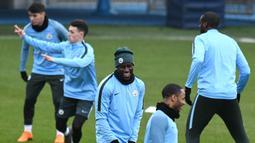 Bek Manchester City, Benjamin Mendy tertawa saat sesi latihan jelang laga Liga Champions di Manchester, Selasa (6/3/2018). Manchester City akan berhadapan dengan FC Basel. (AFP/ Oli Scarff)