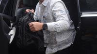 Menteri Pemuda dan Olahraga (Menpora), Imam Nahrawi turun dari mobil setibanya di Gedung KPK, Jakarta, Kamis (24/1). Menpora Imam memenuhi panggilan sebagai saksi dalam kasus dugaan suap terkait dana hibah Kemenpora ke KONI. (Merdeka.com/Dwi Narwoko)
