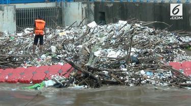 Tumpukan sampah menghalangi aliran pintu air Manggarai Sejak Senin (21/8) dini hari. Aliran air meluap akibat adanya kiriman air dari Bogor.