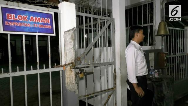 Dipicu pertikaian dua orang napi pindahan dari Lapas Cipinang, ratusan napi berhamburan keluar ruang tahahan dan merusak sejumlah fasilitas di dalam Rutan Kelas II B Pemalang, Jawa Tengah.