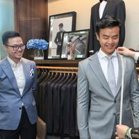 Dion Wiyoko fitting baju pengantin (Adrian Putra/bintang.com)