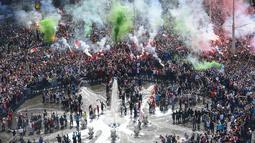 Ribuan suporter Feyenoord merayakan pesta juara Liga Eredivisie Belanda di Rotterdam (15/5). Feyenoord mengunci gelar liga musim ini dengan total 82 poin, unggul satu angka dari runner-up Ajax Amsterdam. (AFP Photo/ANP/Marten Van Dijl/Netherlands Out)