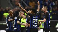 Para pemain Inter Milan merayakan gol yang dicetak Radja Nainggolan ke gawang Genoa pada laga Serie A Italia di Stadion San Siro, Milan, Sabtu (3/11). Inter menang 5-0 atas Cagliari. (AFP/Miguel Medina)