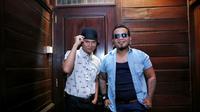 Penampilan luar biasa disuguhkan oleh Endank Soekamti di panggung Jakarta Fair, Jumat (15/7/2016) silam. Meski grup band ini baru saja ditinggal sang drummer. Drummer pengganti tampil dengan mengenakan helm. (Adrian Putra/Bintang.com)