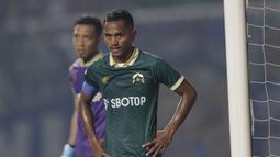Kapten Tira Persikabo, Abduh Lestaluhu, saat melawan Arema FC pada laga Shopee Liga 1 di Stadion Pakansari, Bogor, Senin, (2/3/2020). Tira Persikabo takluk 0-2 dari Arema FC. (Bola.com/M Iqbal Ichsan)