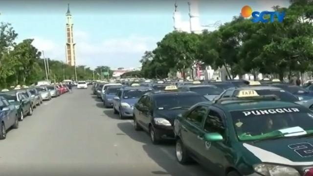 Ribuan sopir taksi di Batam, Kepualuan Riau, menuntut pemerintah setempat melarang operasional taksi berbasis online.