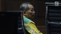 Terdakwa penerima suap, Sudiwardono saat menjalani sidang putusan di Pengadilan Tipikor, Jakarta, Rabu (6/6). Mantan Ketua Pengadilan Tinggi Manado ini dinyatakan bersalah, dihukum enam tahun penjara, denda Rp 300 juta. (Liputan6.com/Helmi Fithriansyah)