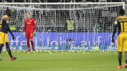 Suporter melempar bola tenis ke lapangan saat Kick-off  laga Eintracht Frankfurt vs RB Leipzig di Stadion Commerzbank Arena, Senin (19/2). Aksi tersebut membuat pertandingan Bundesliga 1 pekan ke-23 harus mengalami dua kali penundaan. (DANIEL ROLAND/AFP)