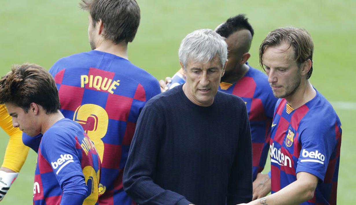 Pelatih Barcelona, Quique Setien dan para pemain tampak lesu usai ditahan imbang Celta Vigo pada laga La Liga di Stadion Balaidos, Sabtu (27/6/2020). Kedua tim bermain imbang 2-2. (AP/Lalo Villar)