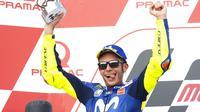Pembalap Movistar Yamaha, Valentino Rossi, naik podium kedua pada MotoGP Jerman, di Sirkuit Sachsenring, Minggu (15/7/2018). (AP Photo/Jens Meyer)