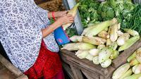 Warga membeli kebutuhan pangan di Pasar Lembang, Tangerang, Banten, Selasa (4/5/2021). Kepala Badan Ketahanan Pangan Kementerian Pertanian memastikan pasokan pangan cukup sepanjang Ramadhan dan Idul Fitri. (Liputan6.com/Angga Yuniar)