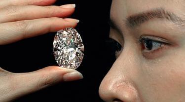 Sebuah berlian putih 102,39 karat, yang dikenal sebagai warna D, tanpa cela dipamerkan model di ruang lelang Sotheby di Hong Kong, Senin (28/9/2020).  Berlian itu diperkirakan akan terjual dengan harga 12 juta dolar AS (Rp 180 miliar) hingga 30 juta dolar AS (Rp 450 miliar). (AP Photo/Vincent Yu)