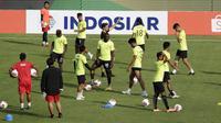 Pemain Bhayangkara FC saat mengikuti latihan jelang melawan Persija Jakarta pada laga Shopee Liga 1 di Stadion PTIK, Jakarta, Jumat (13/3). Bhayangkara gelar latihan jelang hadapi Persija. (Bola.com/Yoppy Renato)