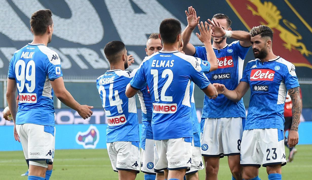 Pemain Napoli merayakan kemenangan atas Genoa pada laga lanjutan Seria A di Stadion Comunale Luigi Ferraris, Kamis (9/7/2020) dini hari WIB. Napoli menang 2-1 atas Genoa. (Tano Pecoraro/LaPresse via AP)