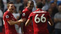 Gelandang Liverpool Georginio Wijnaldum (tengah) merayakan gol ke gawang Tottenham Hotspur pada laga Liga Inggris di Wembley, Sabtu (15/9/2018). (AFP/Adrian Dennis)