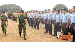 "Danlanud Suryadarma, Dumex Dharma membuka pelaksanaan Latihan "" base camp "" bagi siswa- siswa Sekolah Menengah Kejuruan (SMK) se-Subang dalam suatu upacara di Lapangan Sepak Bola Garuda, Lanud Suryadarma, Kalijati, Rabu (14/9)."