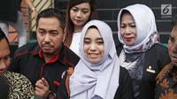 Salmafina didampingi sang ayah, Sunan Kalijaga usai menjalani sidang cerai perdana di Pengadilan Jakarta Barat, Rabu (24/01). Rumah tangga Taqy Malik dan Salmafina yang baru tiga bulan berjalan dirundung masalah. (Liputan6.com/Herman Zakharia)