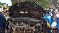Lima orang mahasiswa Universitas Halu Oleo tewas usai mobil yang ditumpangi mengalami pecah ban dan menabrak pohon pelindung.(Liputan6.com/dokumen warga)