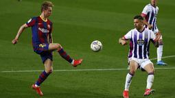 Gelandang Barcelona, Frenkie de Jong Barcelona (kiri) ditantang oleh bek Real Valladolid, Valladolid Javi Sanchez pada pekan ke-29 Liga Spanyol di Camp Nou, Selasa (6/4/2021) dini hari WIB. Barcelona susah payah menang tipis 1-0 berkat gol Ousmane Dembele. (AP Photo/Joan Monfort)