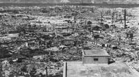 Kota Hiroshima yang hancur setelah bom atom pertama dijatuhkan oleh Angkatan Udara AS B-29 pada 06 Agustus 1945. Serangan bom atom AS menewaskan 140.000 orang di Hiroshima dan 70.000 lebih di Nagasaki. (AFP PHOTO)
