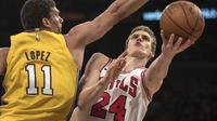Brook Lopez menjaga pemain Bulls (AP/Bruce Kluckhohn)