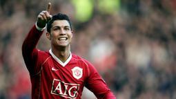 1. Cristiano Ronaldo - Ronaldo menjadi pemain Portugal yang sukses saat berkarier di Manchester United. Ronaldo mempersembahkan tiga gelar Premier League, satu Liga Champions, Piala FA, dan dua Piala Liga bersama Manchester United. (AFP/Paul Ellis)
