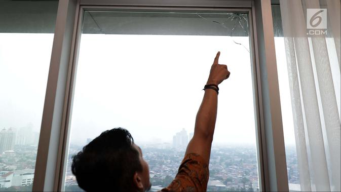 Staf DPR menunjukkan penemuan bekas tembakan peluru di Lantai 10 Gedung Nusantara I, Jakarta, Rabu (17/10). Bekas peluru diduga berasal dari tembakan salah sasaran. (Liputan6.com/JohanTallo)