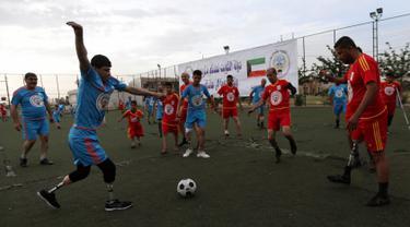 Warga Irak yang kehilangan sebagian anggota tubuhnya bermain sepak bola di Arbil, Irak utara (7/5). Mereka kehilangan sebagian anggota tubuhnya akibat peperangan antara pasukan pemerintah dan ISIS. (AFP/Safin Hamed)
