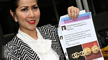 Aktris Venna Melinda memperlihatkan bukti saat tiba di Polda Metro Jaya, Jakarta, Senin (4/1/2015). Venna melaporkan oknum yang diduga mencatut namanya di media sosial dalam kasus penipuan bermodus jual beli online. (Liputan6.com/Immanuel Antonius)